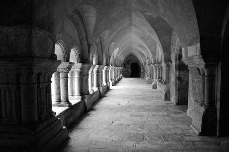 Kreuzgang in der Abbaye de Fontenay, Frankreich