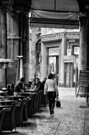 Straßenszene in den Arkaden Bolognas