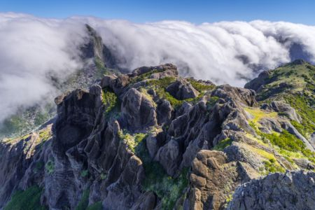 Aussicht vom Pico Grande auf den Hautpkamm mit Passatwolken