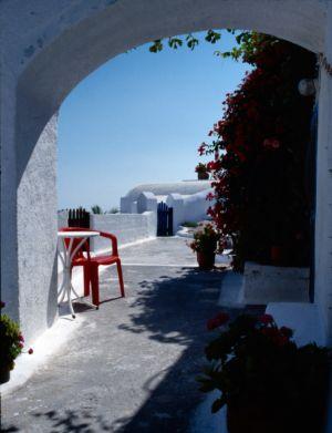Strassenszene in Fira, Santorin, Griechenland