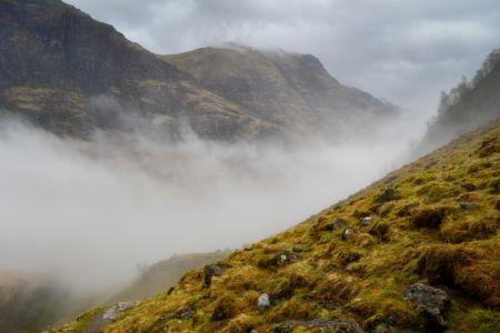 Einsamer Wanderer in der Ferne im Glen Coe