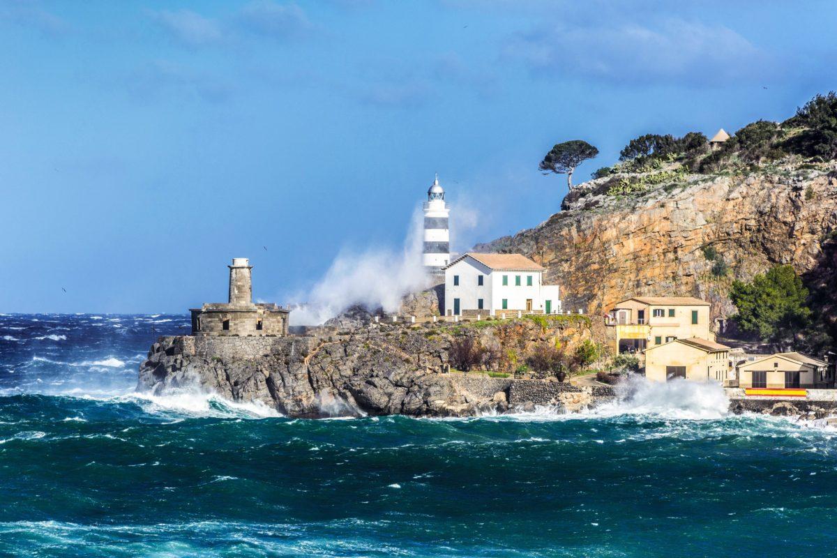 Leuchtturm bei Sturm im Hafen von Port de Soller