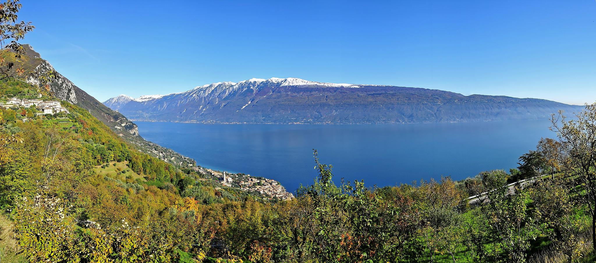 Gardasee mit Blick auf Monte Baldo von Navazzo aus gesehen.