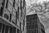 Minimalistische Hochhäuser in Schwarz-Weiss