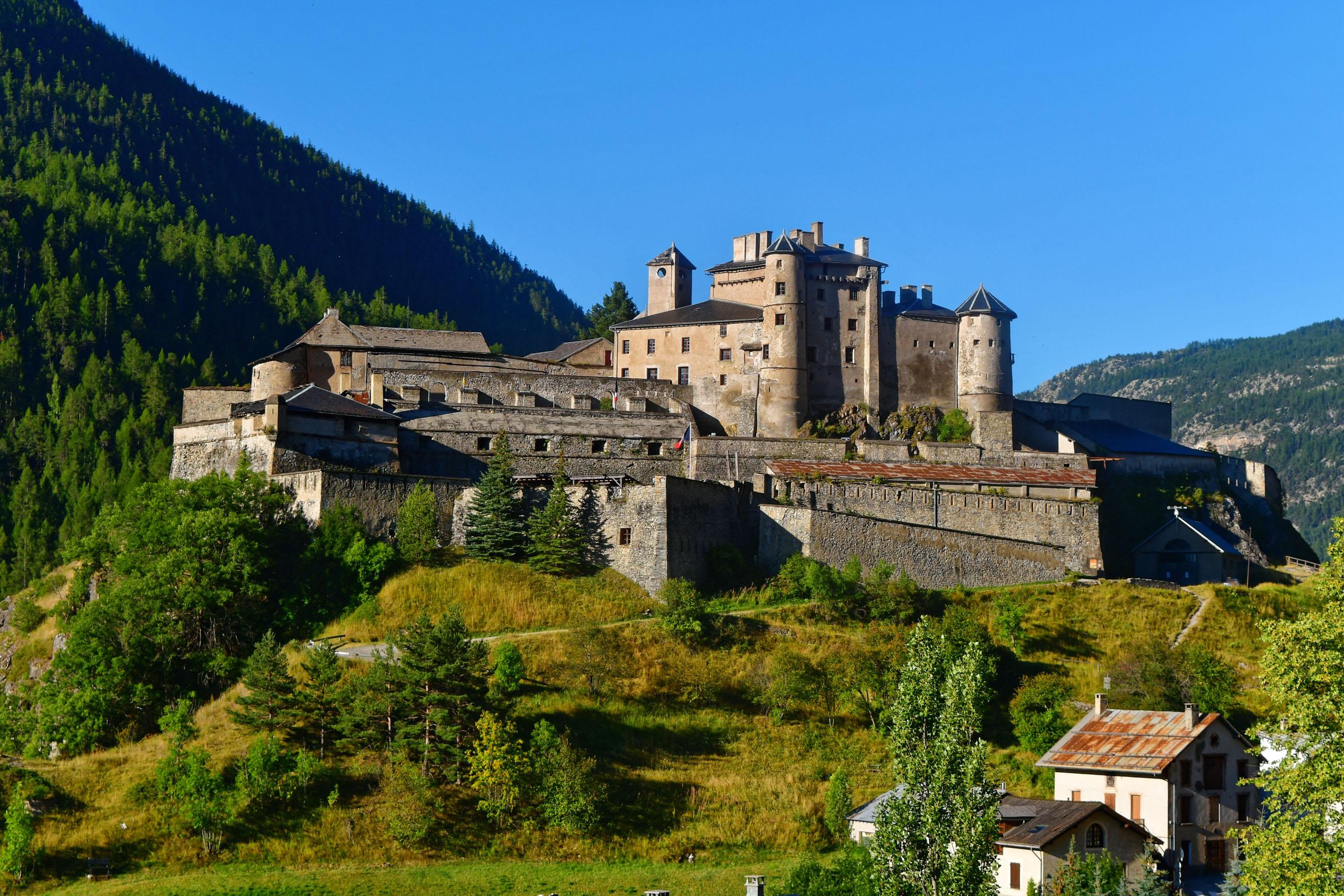 Rückblick auf Chateau Queyras in der Auffahrt