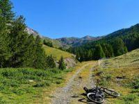 Auffahrt zum Col de Peas (in Bildmitte)