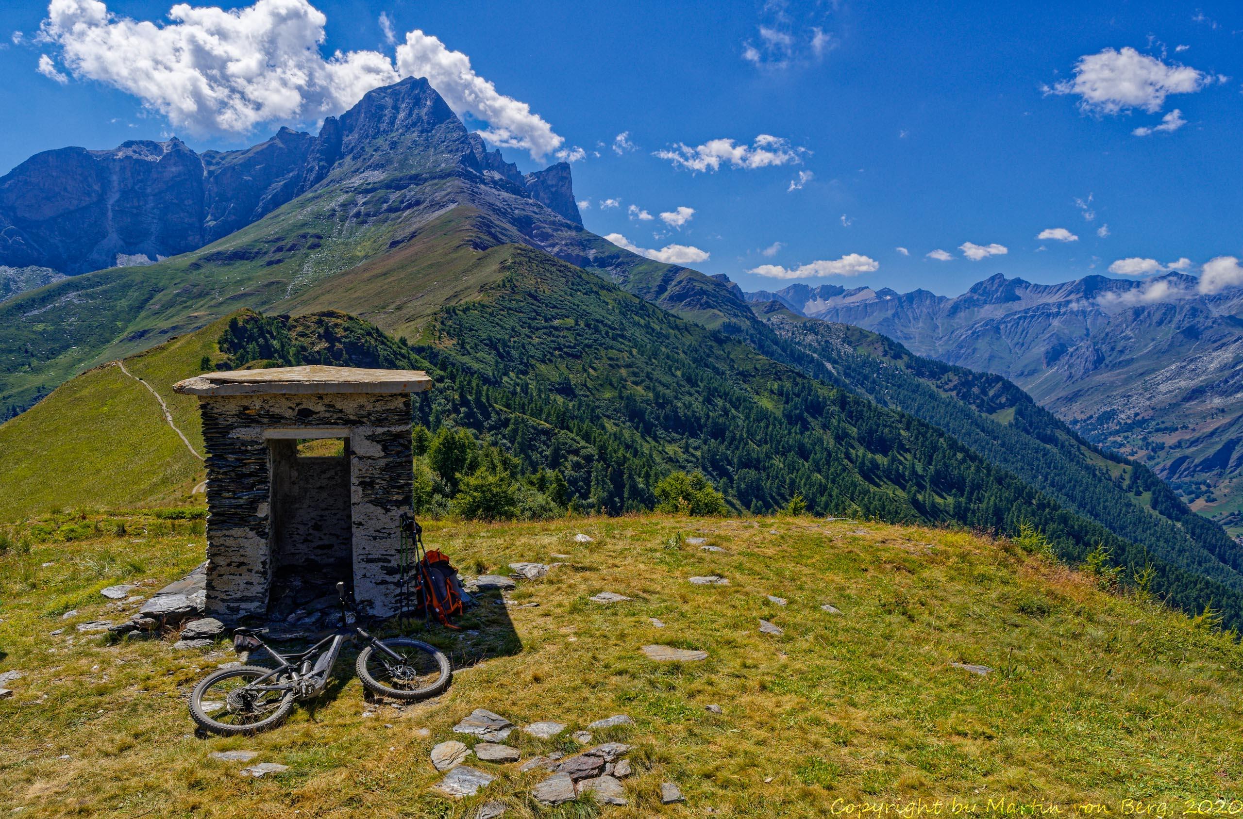 Gipfel Pelvo d'Elva mit Bunker am Colle Bicocca