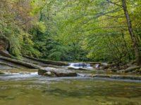 Flacher Wasserfall mit kleinem Stein